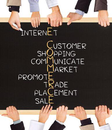 pizarron: Foto de manos de negocios la celebración pizarra y escribir Concepto del comercio electrónico