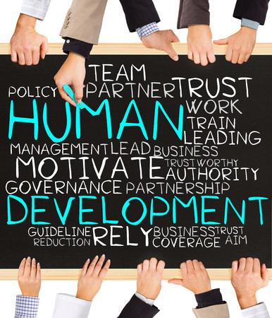relaciones laborales: Foto de manos de negocios la celebración de pizarra y escribir la palabra DESARROLLO HUMANO nube Foto de archivo