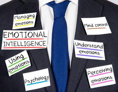 inteligencia: Foto de traje y corbata con el concepto de inteligencia emocional tarjetas de papel Foto de archivo