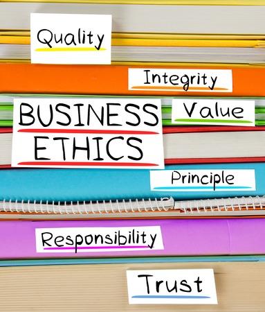 valores morales: Foto de libro colorida de la pila con los marcadores y las etiquetas con la ética empresarial palabras conceptuales Foto de archivo