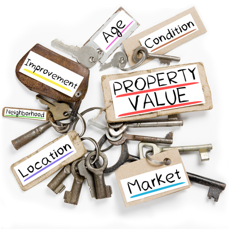 Photo of key bunch and paper tags with PROPERTY VALUE conceptual words Standard-Bild