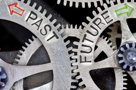 Makro-Foto von Zahnradmechanismus mit Pfeilen und Vergangenheit, Zukunft Briefe Standard-Bild - 64150682
