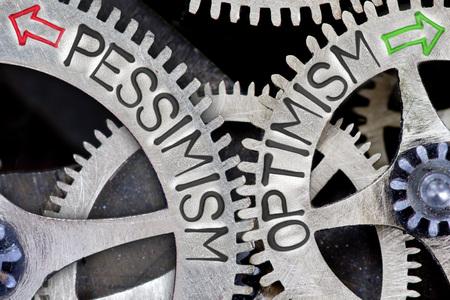 optimismo: foto macro de mecanismo de rueda dentada con las flechas y el pesimismo impresos, palabras concepto OPTIMISMO