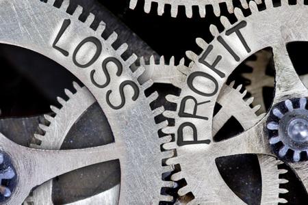 perdidas y ganancias: foto macro de mecanismo de rueda dentada con las flechas y la pérdida impresos, palabras Concepto de ganancias