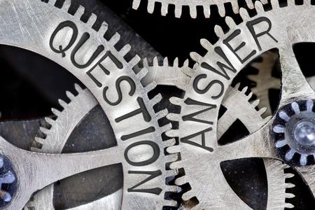 Foto macro del mecanismo de la rueda del diente con la pregunta impresa QUESTION, ANSWER words Foto de archivo - 67049633