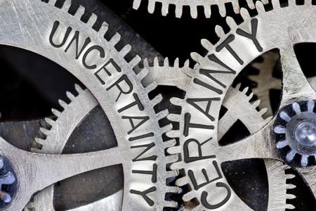 validez: foto macro de mecanismo de rueda dentada con la incertidumbre impreso, las palabras conceptuales CERTEZA Foto de archivo