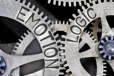 Macro foto del mecanismo de la rueda del diente con EMOCIÓN impresa, palabras de concepto de la LÓGICA Foto de archivo