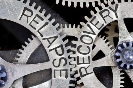 Macro foto van tandwiel mechanisme met ingedrukt terugval, HERSTEL concept van woorden Stockfoto