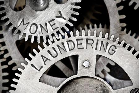 금속 표면에 인쇄 된 돈세탁 문자로 치아 바퀴 메커니즘의 매크로 사진