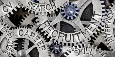 Makrofoto des Zahnradmechanismus mit den Wörtern RECRUITMENT, CAREER, CV, SEARCH, SKILL, INTERVIEW und EMPLOYEE