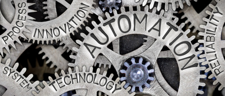 Macro photo du mécanisme de roue dentée avec des mots liés au concept AUTOMATION imprimés sur la surface métallique Banque d'images - 90670607