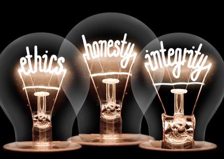 Photo d'ampoules avec des fibres brillantes en forme d'ÉTHIQUE, d'HONNÊTETÉ et d'INTÉGRITÉ isolée sur fond noir