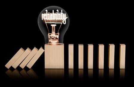 Glühbirne mit glänzender Faser in Zuverlässigkeitsform auf einem Holzstück, das das Herunterfallen anderer verhindert. Konzept des Risikoschutzes und der Geschäftsstabilität.