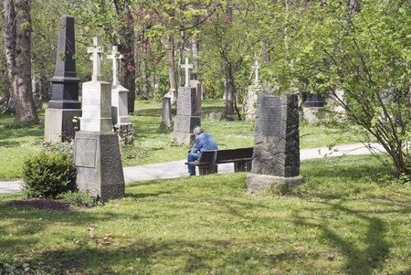 hombre solitario: Solitario hombre sentado en un cementerio Foto de archivo