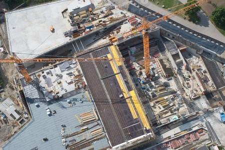 baustellen: Luftbild von einer Baustelle Arbeiter