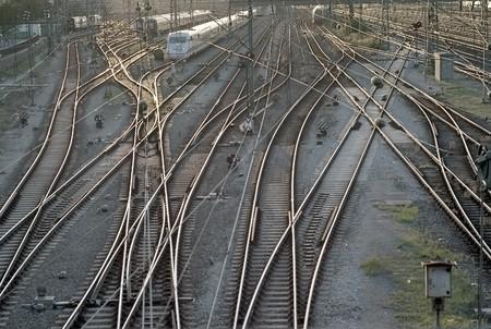 ferrocarril: Pistas de tren con Cars en la estaci�n en Munich