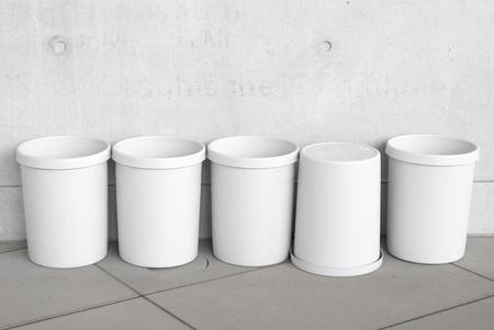 botes de basura: Seis latas de basura vac�o como s�mbolos de reciclaje