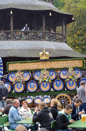 caballo bebe: MUNICH, ALEMANIA septiembre 28, 2013: Hofbrau Beer transporte en la ruta por el Jardín Inglés en el Oktoberfest anual que va desde el 21 de septiembre 6 de octubre en Munich, Alemania