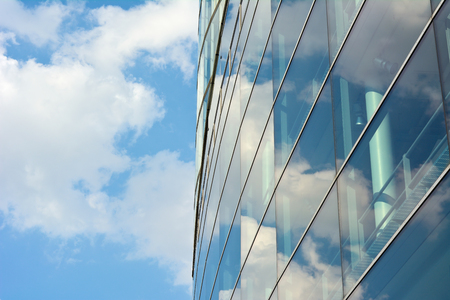 空と雲の反射と現代建築