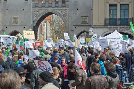 salud publica: MUNICH, Alemania - 18 de abril de 2015: Manifestantes resultar en vigor para protestar acuerdo comercial TTIP, la trata transatlántica y la Sociedad de Inversión, en Munich Alemania. Editorial