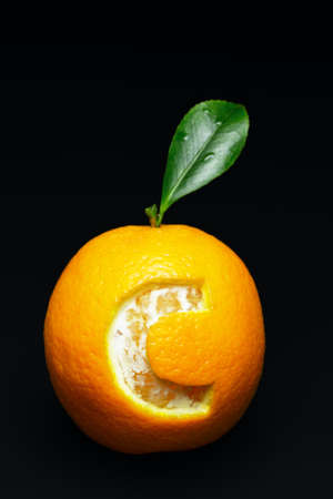 Close-up of an orange with the letter C on dark background. Representing vitamin C Zdjęcie Seryjne