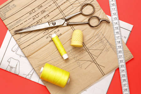Tape measure, pattern, and yellow string for sewing on fabric Zdjęcie Seryjne
