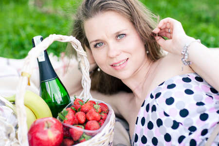 beautiful woman on the picnic with basket Banque d'images