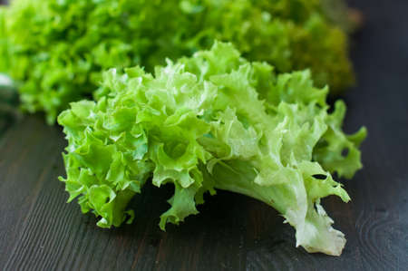 fresh green lettuce on black wooden table Banque d'images