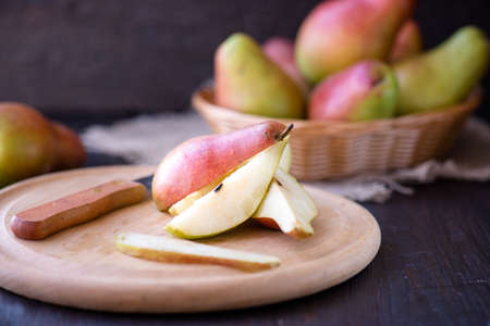 pera: Peras deliciosas en una mesa de cocina de madera rústica