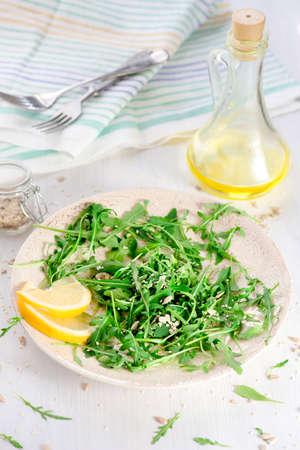 semillas de girasol: ensalada de rúcula fresca con semillas de girasol, sésamo Foto de archivo