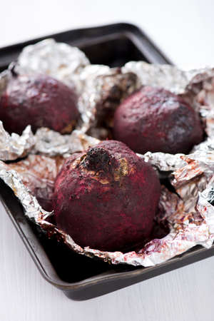 Fresh roasted beetroot served in the aluminum foil in the pan Standard-Bild