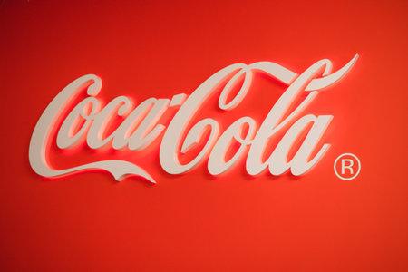 Samara Rusia- 04.30.2019: logotipo de Coca Cola brillante. Sello de Coca Cola sobre un fondo rojo.