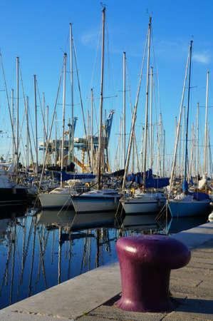 literas: Barcos atracados en el muelle p�rpura de Palermo Foto de archivo