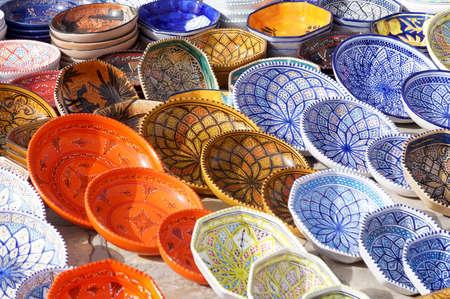 Platos decorados de cerámica de Túnez pintadas con varios colores