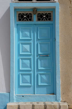 Vue d'une porte bleue typique de l'architecture traditionnelle tunisienne photo