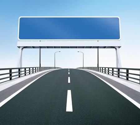 autopista: Puente de carretera con la muestra en blanco