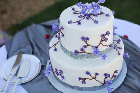 cakes background: Pastel de boda p�rpura y blanco