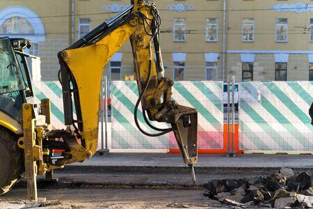 掘削機に取り付けられた油圧削岩機コンクリートを分割するために使用されています。 写真素材