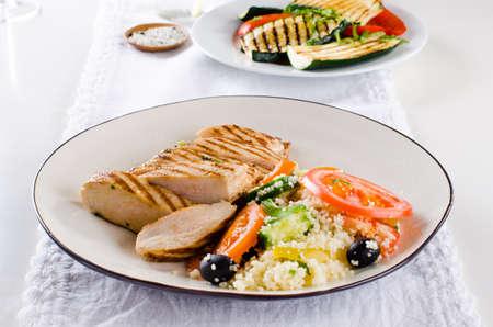 Poitrine de poulet grillé avec salade de taboulé et légumes grillés Banque d'images - 98422589