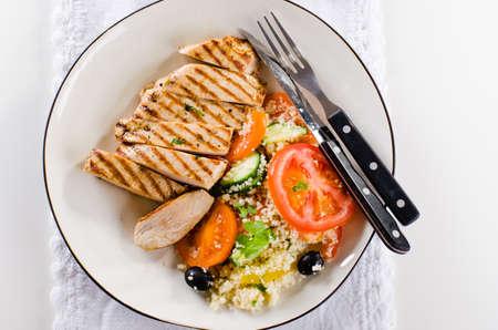 Poitrine de poulet grillé avec salade de taboulé et légumes grillés Banque d'images - 98422422