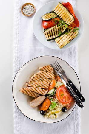 Poitrine de poulet grillé avec salade de taboulé et légumes grillés Banque d'images - 98422603