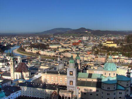 ザルツブルクの都心部、ザルツァッハ川に区切られます。古い sovereignity (旧市街) は左の川岸にあります。ザルツブルクとも呼ばれるオーストリ 写真素材