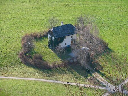 伝統的なオーストリアの家ホーエン ザルツブルク要塞から見た。 写真素材