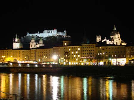 ザルツブルクの市内は、ザルツァッハ川で区切られます。古い主権 (旧市街) は、左の川岸にあります。