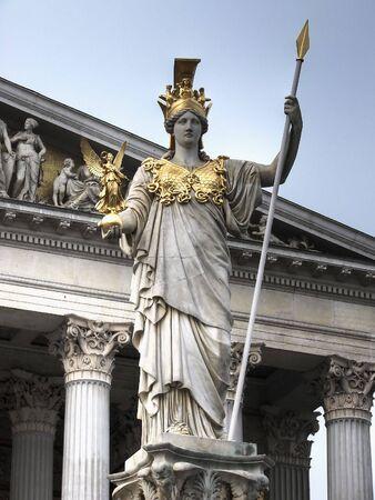 diosa griega: Pallas Athene la Fuente fue construido en frente del principal portal de los edificios del Parlamento de Viena en 1902. La cifra de 4m Pallas Athene dorado con casco y armado con una lanza es el trabajo de Kundmann.