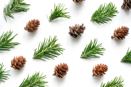 クリスマス デザインのパターン。モミ枝と白い背景上のコーン。