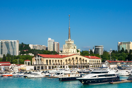 Yachten im Hafen von Sochi, Russland. Marina Station.