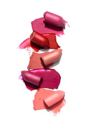 Foto de concepto creativo de cosméticos muestras de lápiz labial de productos de belleza sobre fondo blanco.