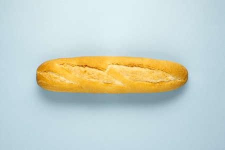 Concept de régime alimentaire santé créatif photo de pain de mie cuit au four tranché sur fond bleu.