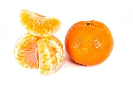 Mandarini arancioni, scorza di mandarino o fetta di mandarino isolati su sfondo bianco. Foto del primo piano di agrumi freschi. Archivio Fotografico
